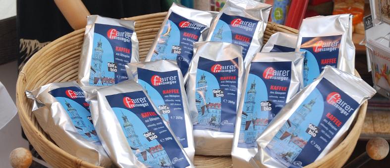 Produktauslage des fairen freisinger Kaffees