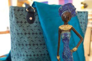 Hochwertige Bronzeskulptur des Designers Patrice Balma aus Burkina Faso, die im Wachsausschmelzverfahren hergestellt wird. Dieses handgefertigte Einzelstückvereint die Weichheit des Wachses mit der Härte der Bronze und bringt einen Hauch Sahelwüste in Ihr Heim.