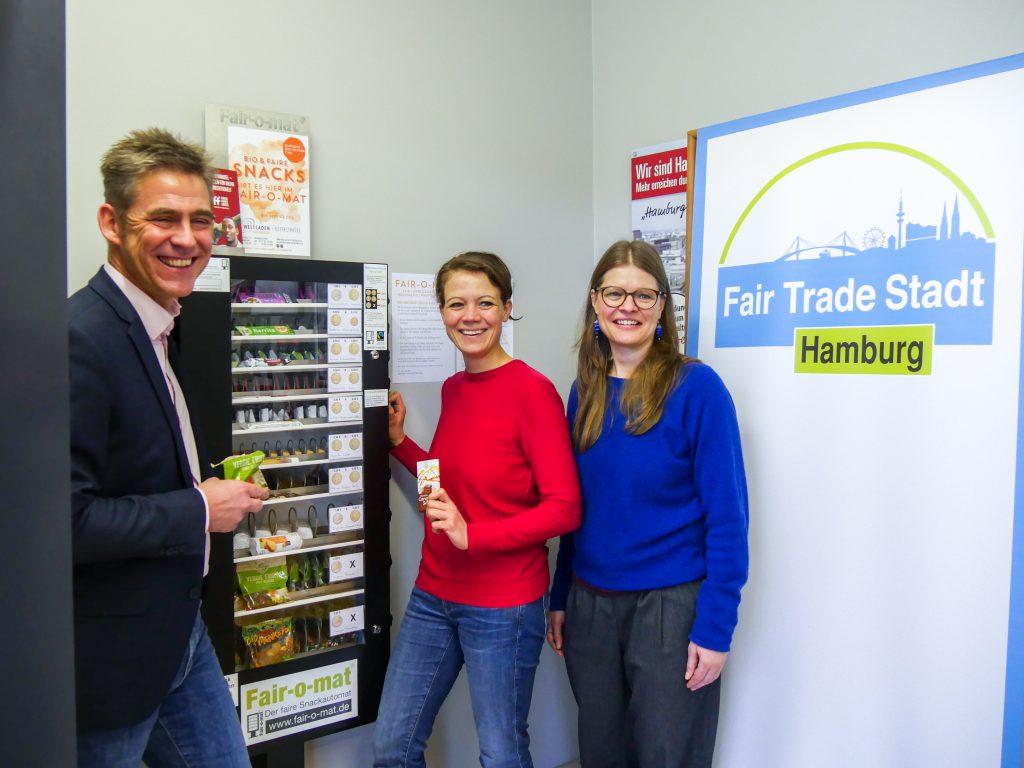 Bezirksamtsleiter Kay Gätgens, Dr. Miriam Putz als Vorsitzende der Bezirksversammlung und Christine Priessner, Koordinatorin der Fair Trade Stadt Hamburg, zogen die ersten fairen Snacks