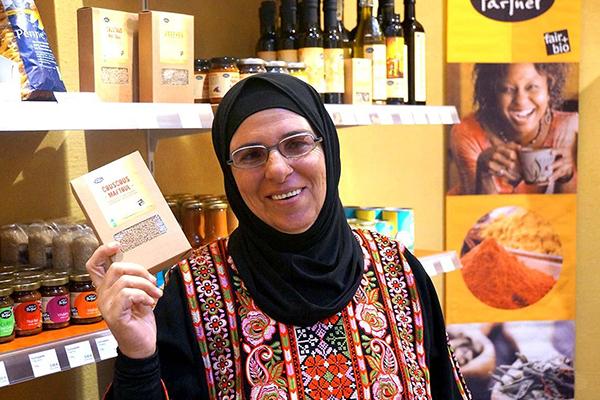 Maftoul-Produzentin Ibtissam Musa zu Besuch im Weltladen.